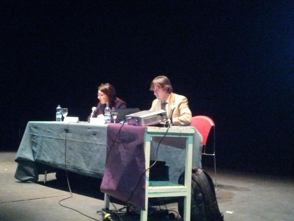 Antonia Gonzalez, concejala del Area Social e Igualdad, presenta a Jorge Flores de PantallasAmigas